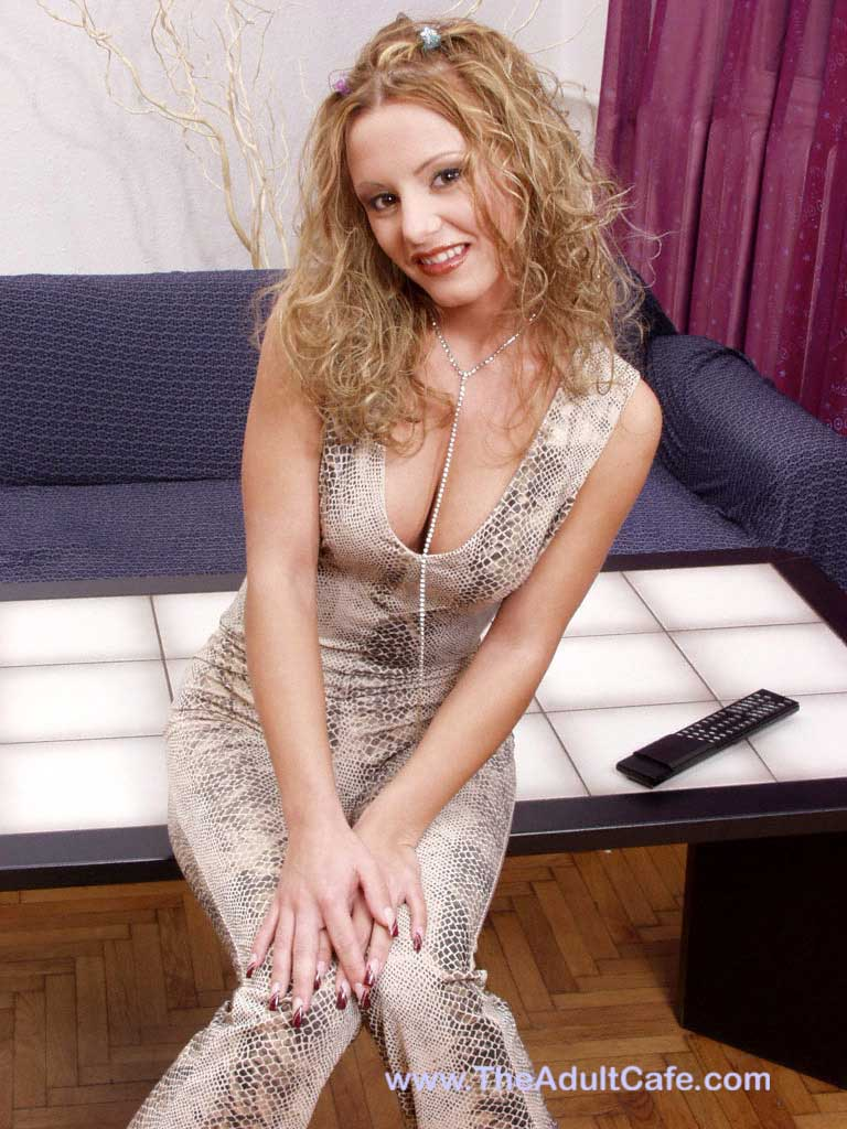 mary f Would like to meet men of all ages for naughty adult games.